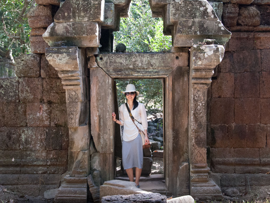 Old doorway on the path to Phimeanakas Temple