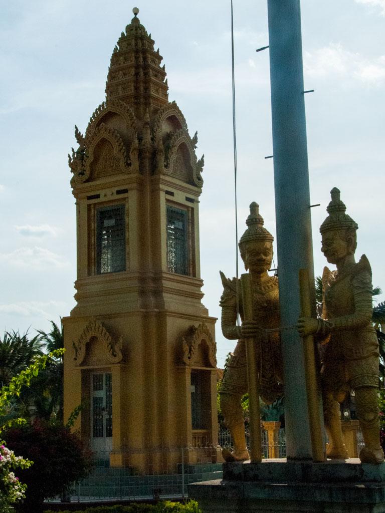 Statues outside the Wat Kamphaeng