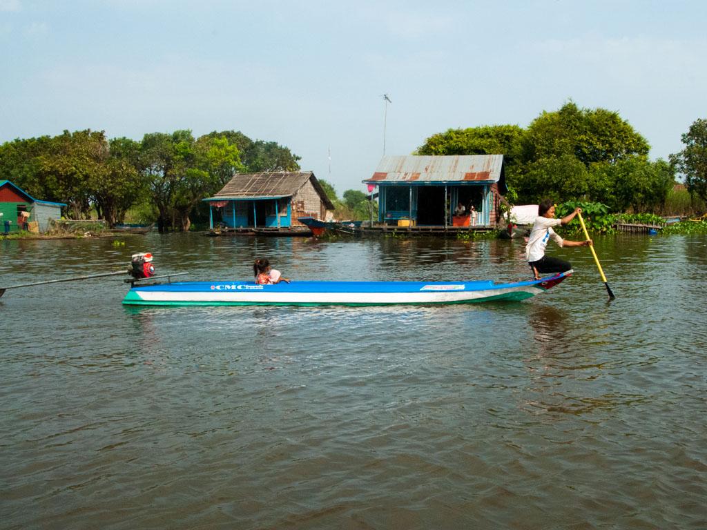 Motor boat on Stoeng Sangke river