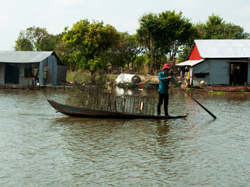 Man with fishing nets on Stoeng Sangke river