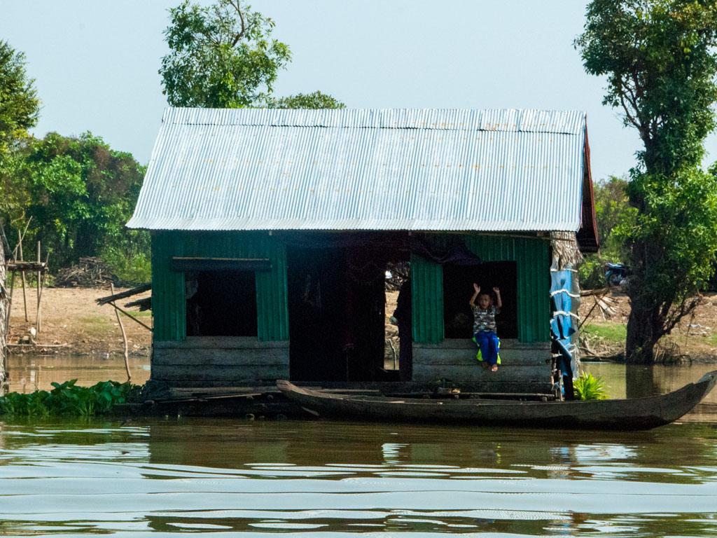 Floating home on Stoeng Sangke river