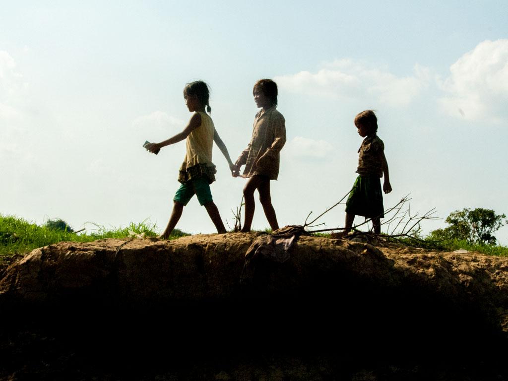 Children playing on the banks of Stoeng Sangke river