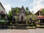 ubud-city-bali-indonesia-museum-puri-lukisan-m-the-entrance-to-ubud-museum