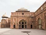 Court between the Jahangir Mahal and Yamuna River