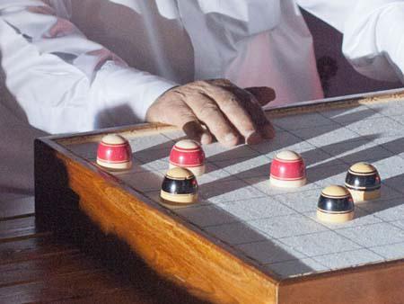 Qatari playing checkers
